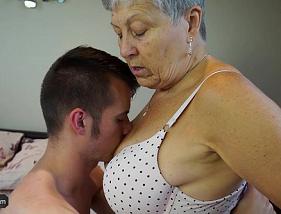 Velha Tesuda Botando o netinho para comer a sua xereca