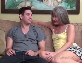 Velha Sedutora aproveitando a visita do neto para os seus desejos pessoais