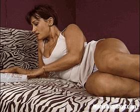 Coroa Boazuda com vontade de fazer sexo anal seduz o amigo do filho