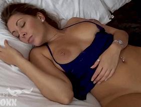 Filmando a gostosa da mãe toda peladinha em cima da cama