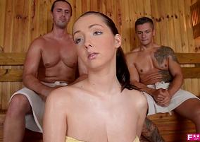 Gostosa na sauna se relacionando com dois homens bem tarados